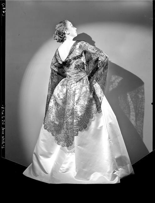 Robe longue et mantille de chez Balenciaga
