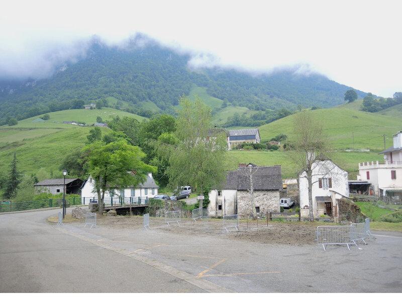Lourdios-Ichère, transhumance, place du village après transhumance (64)