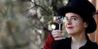 Amélie Nothomb avec champagne à la main