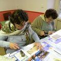 Marie-Luce et Simone préparent des supports de transcryl