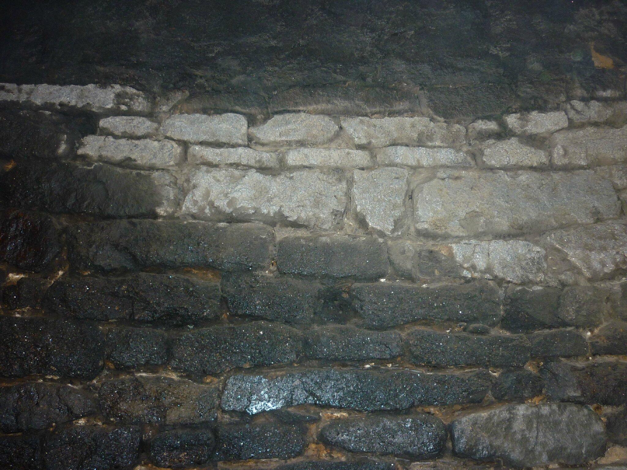 Renover une maison - longère - decrasser les pierres - nettoyer les pierre - cheminée - suie 2