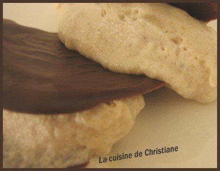 Quenelles_de_mousse_de_marron__tuiles_au_chocolat__sauce___la_vanille_2