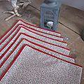 Set de 6 serviettes de table en coton écru parsemé d'un semis de fleurettes rouge et bordées de dentelle de coton rouge (4)