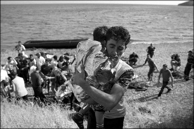 2048x1536_fit_refugie_syrien_porte_enfant_apres_avoir_traverse_mediterranee_bateau_gonflable_depuis_cotes_turques_ile_lesbos_grece_7_septembre_2016