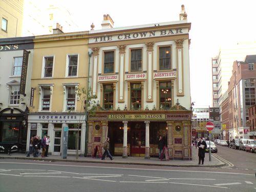 The Crown Bar, à l'entrée duquel vous pouvez vous essuyer les pieds sur la couronne de la reine...