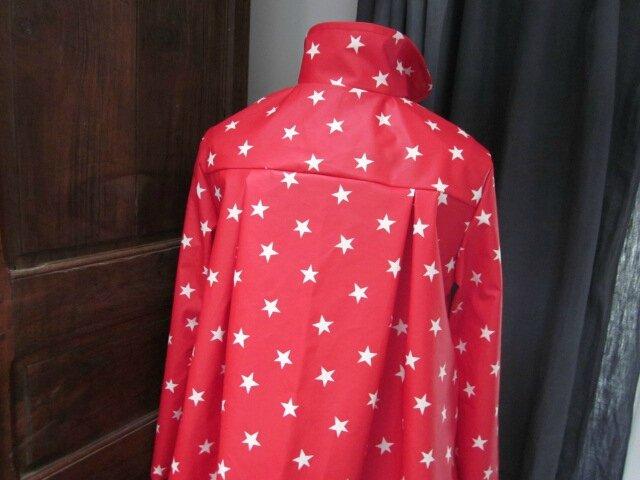 Ciré rouge imprimé étoile écru fermé par noeud sur la poitrine