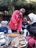 Farah coupe les parts du cake à l'orange