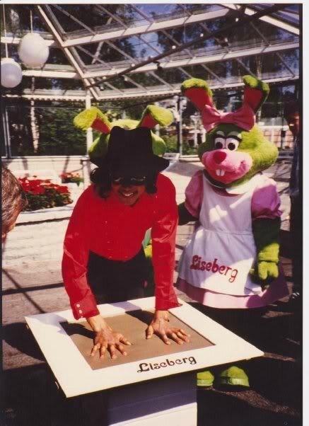 lisberg-mike-bunny-ears-d-michael-jackson-10610809-437-602_51c053ffddf2b3666a55b35d