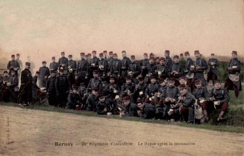 Bernay, 24e régiment d'infanterie, le repos après la manoeuvre (Cliché A. Sidrot)