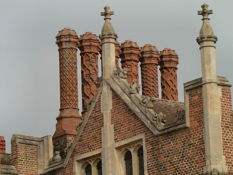 1280px-Chimney_and_roof_detail_front_of_Hampton_Court_Palace