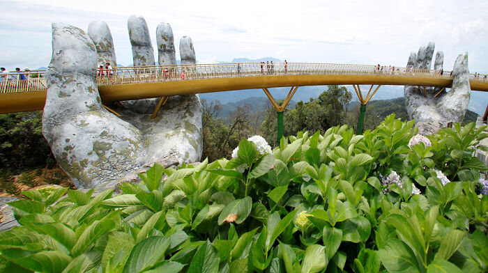 creative_design_giant_hands_bridge_ba_na_hills_vietnam_5b5ec9fe9f6d9__700