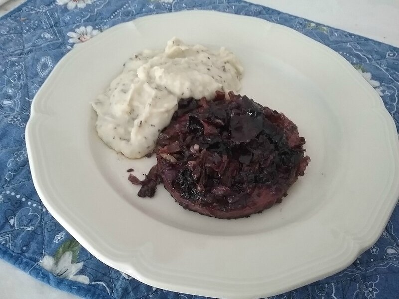 Steak haché de dinde et carottes violettes au Cahors