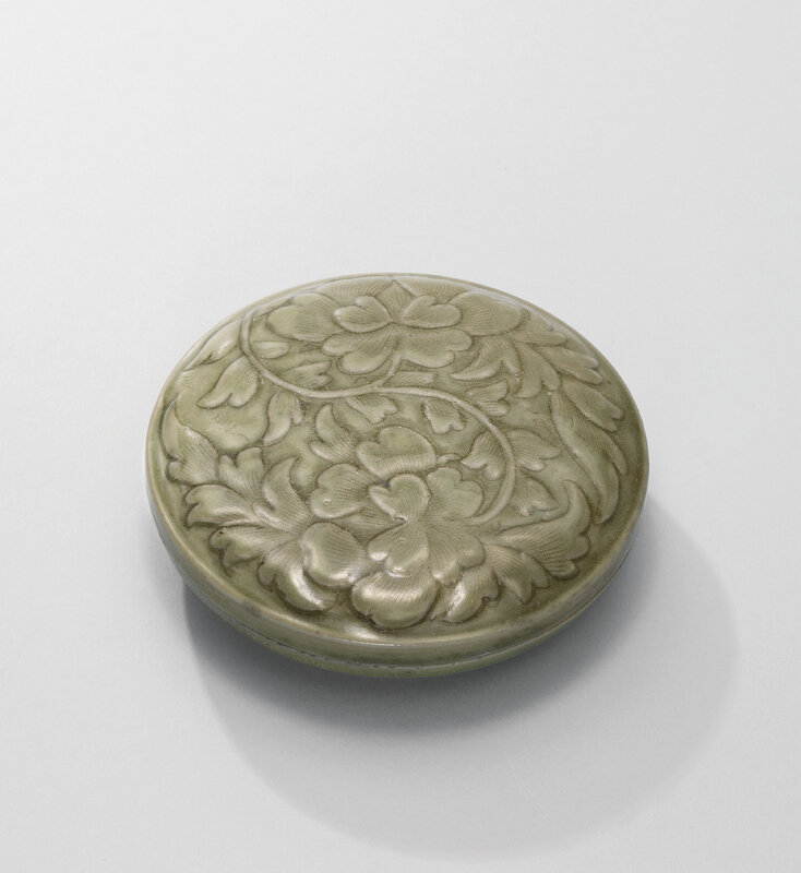 2016_HGK_12675_3108_000(a_yue_celadon_carved_and_moulded_peony_circular_box_and_cover_northern)