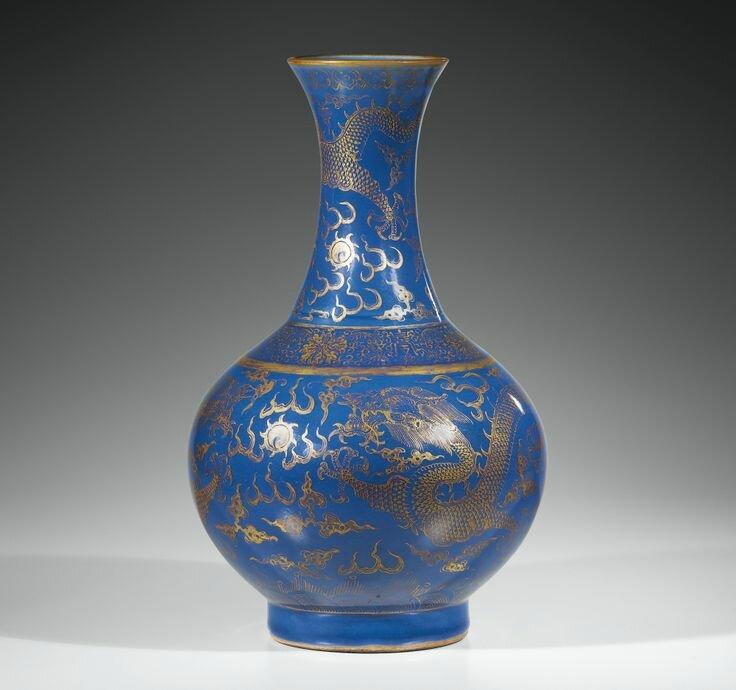 Vase en porcelaine bleu poudré et décor à l'or, Dynastie Qing, Époque Guangxu. Photo Sotheby's