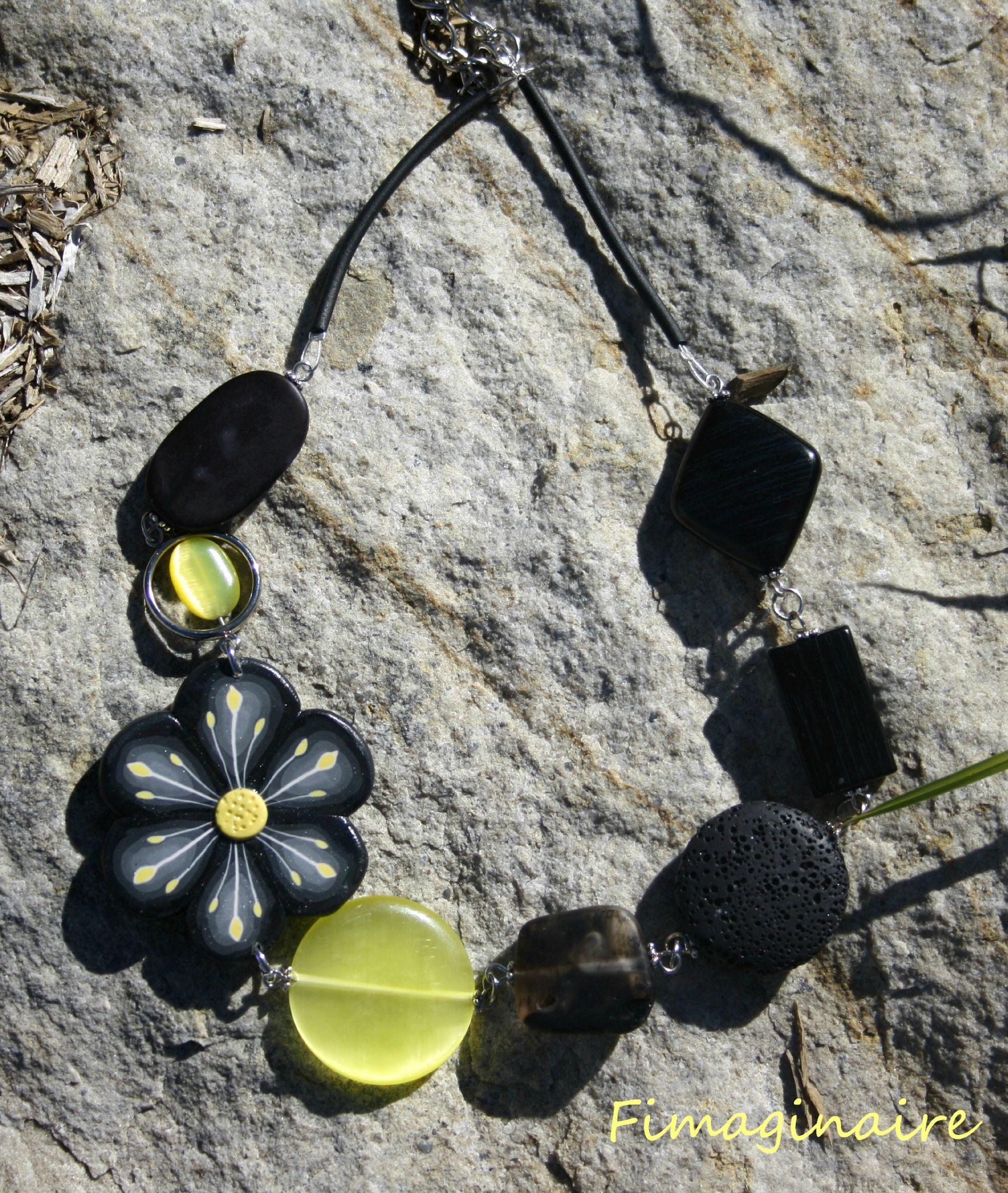 Collier fleur noire et jaune - 26$