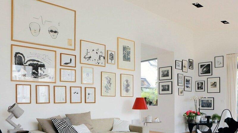 salon-design-avec-des-cadres-sur-tous-les-murs_4902613