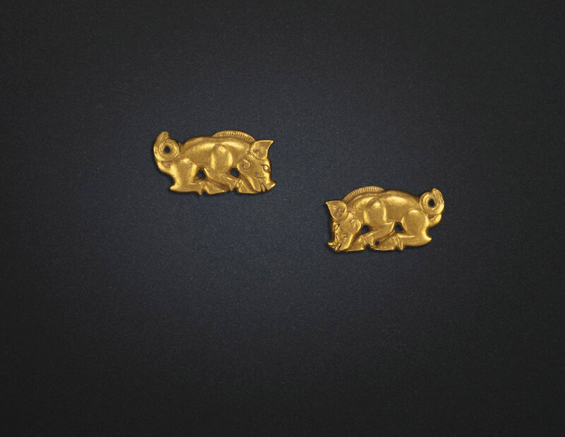 2019_NYR_18338_0509_004(a_rare_pair_of_small_gold_boar-form_ornaments_northeast_china_5th-3rd_d6220715)