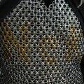 Une armure en cotte de maille... en anneaux d'ouverture de canettes !