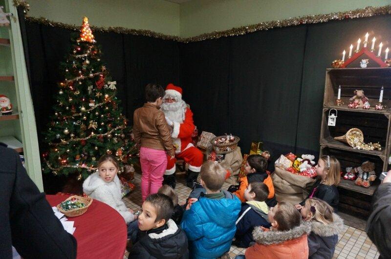 le Père Noël raconte une histoire aux enfants 2