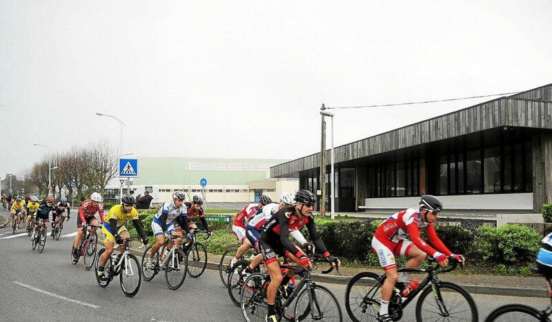 les-coureurs-cyclistes-sur-le-tour-de-moulin-neuf_4483577