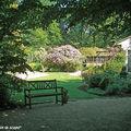 A peine au seuil du jardin, une image saisissante…