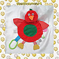 Doudou peluche plat oiseau rouge rond vert james galt & co ltd.