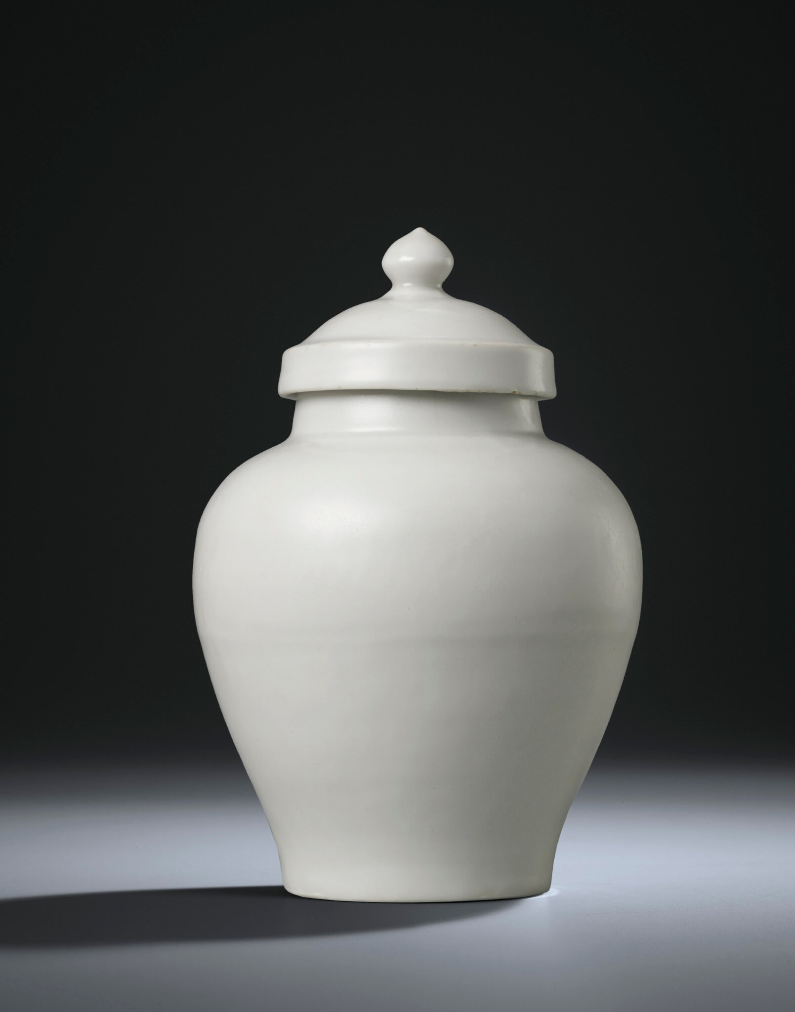 A white-glazed jar and cover, Chenghua period (1465-1487)