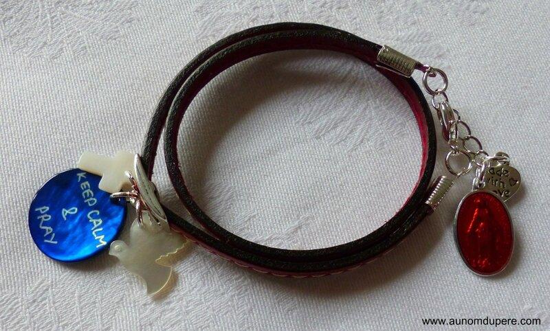 Bracelet en cuir double tour Keep Calm & Pray (rouge) avec médaille miraculeuse rouge