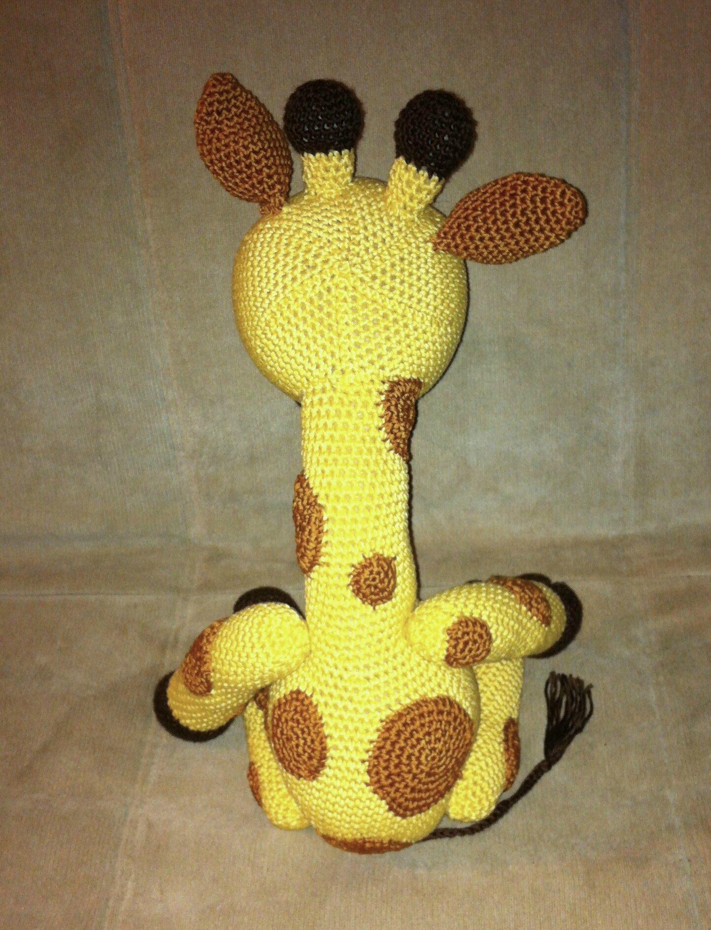 petite girafe de dos