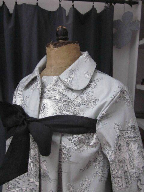 Manteau AGLAE en toile de coton gris imprimé toile de Jouy Pastorale fermé par un noeud de lin noir (3)