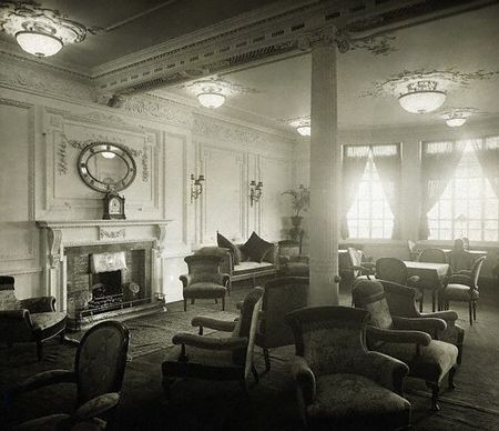 RMS_Titanic_s_reading_and_writing_room