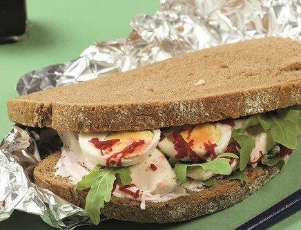 sandwich poulet oeufs roquette sauce rose a la betterave