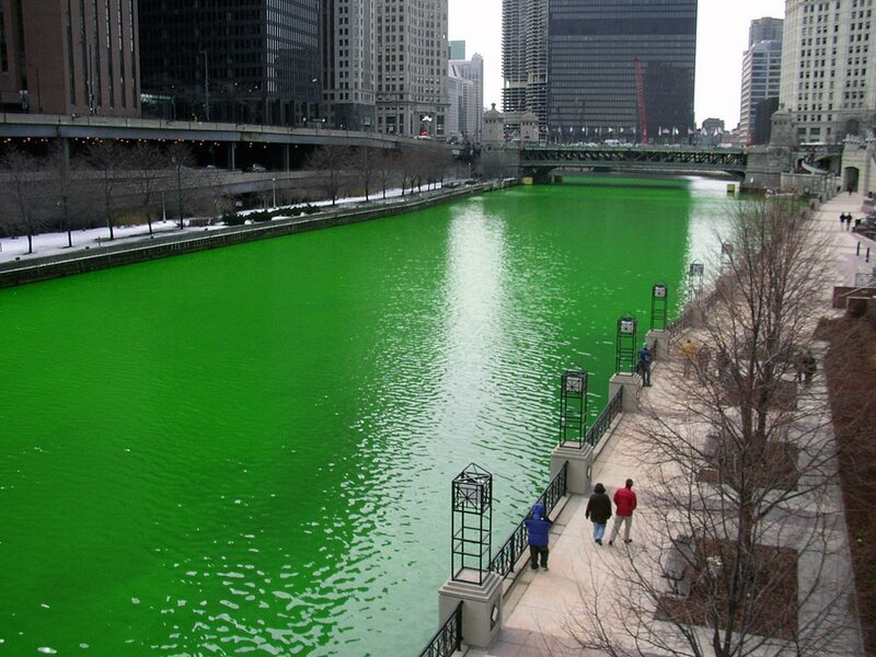 1024px-Chicago_River_dyed_green,_focus_on_river