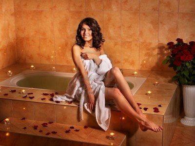 9526565-femme-assis-sur-le-bord-de-la-baignoire