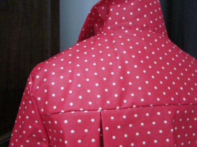 Ciré en coton enduit rouge à petits pois blanc fermé sur le devant par un noued dans le même tissu (1)