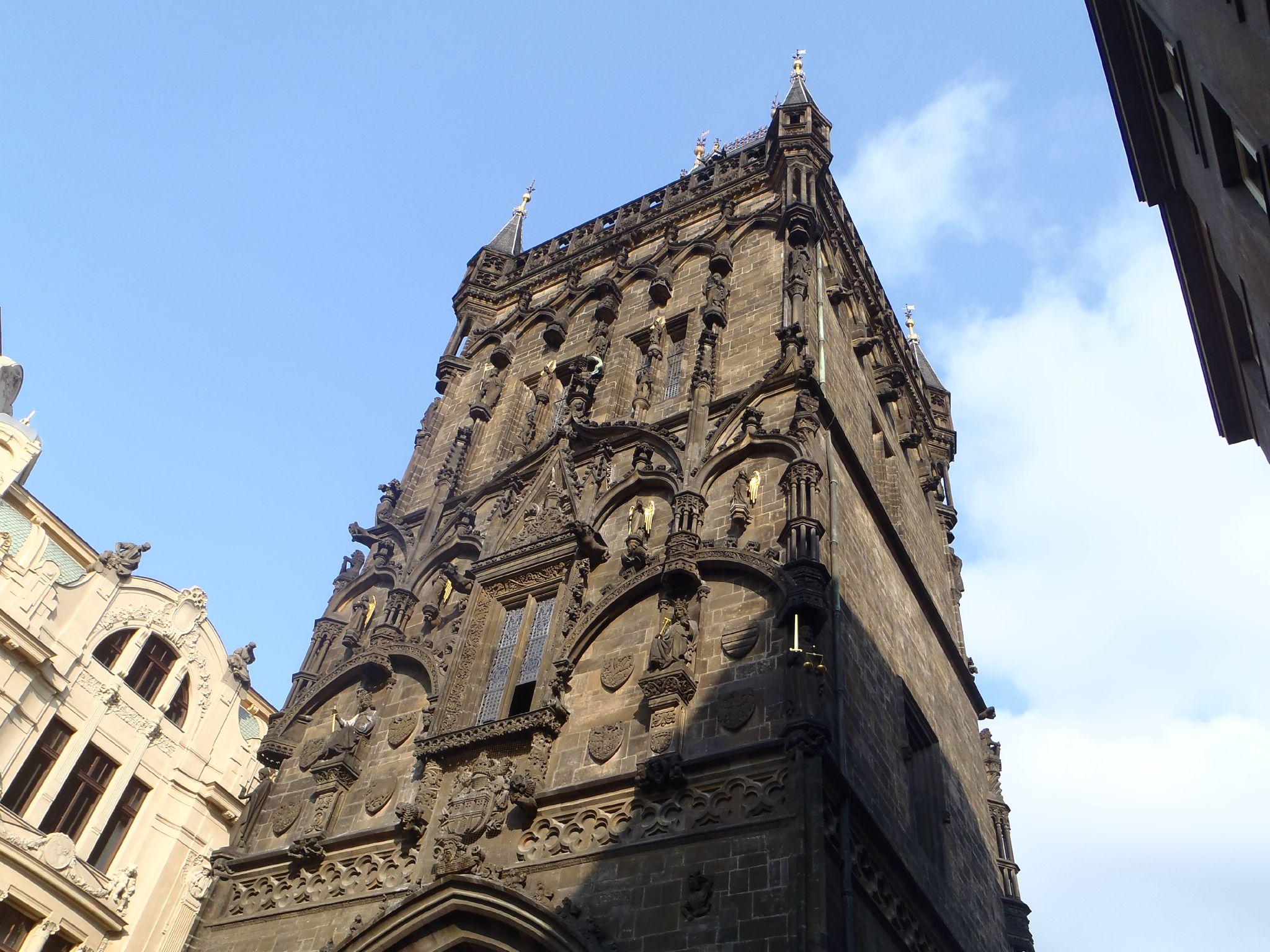 prague - Au pied de la tour ville 3