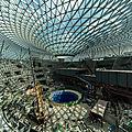 La cascade intérieure géante de l'architecte safdie bientôt prête pour l'aéroport singapour
