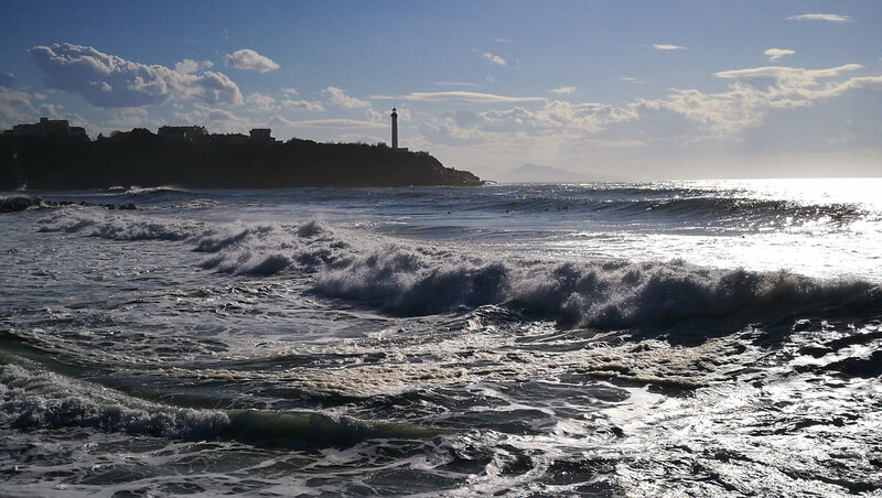 Anglet, Les Sables d'Or, phare et vague, mars 2018