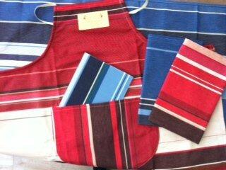 70 -b rue du bac en bleu et en rouge (tablier,torchons et cahier)
