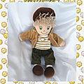 Doudou peluche poupée chiffon garçon casquette marron aurora 32 cm