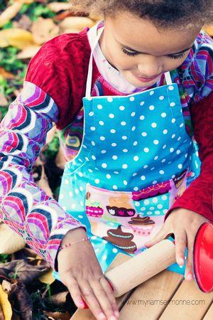 Brodi-Broda-tablier-de-petit-cuisinier-en-tissu-lavable-bleu-à-pois-cupcakes-fait-main-création-textile