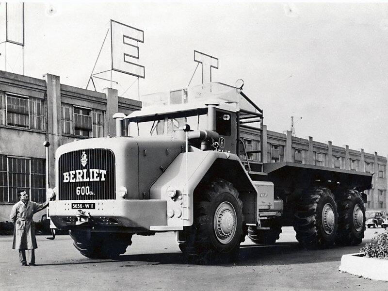 T100-N°1-devant-usine-Vénissieux-1957