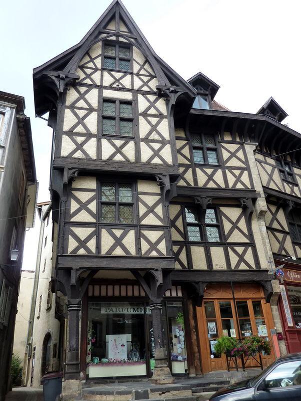 maison : château du Pirou à Thiers