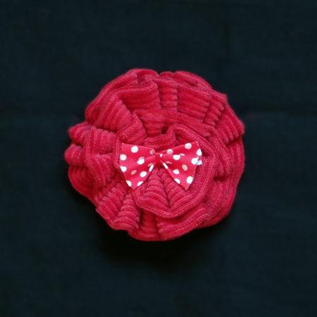 des plumes et des chas_desplumetdeschas_ creations textiles_ piece unique_ couture_ broche_ rouge_ noeud_ pois