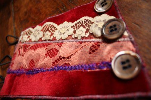 Bracelet manchon velours rouge et dentelle