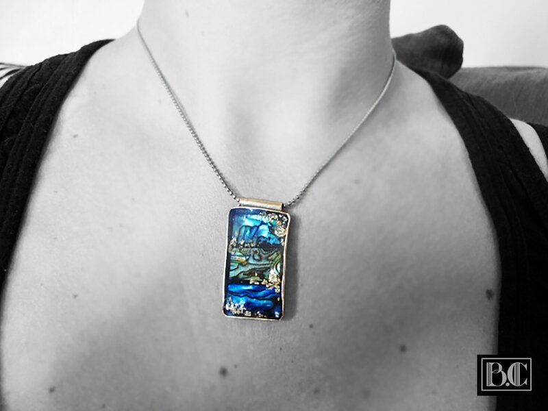 Pendentif rectangle 3 abalone bleu-or bronze doré porté