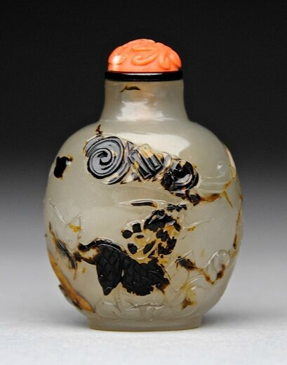 Agate snuff bottle carved with a Qilin