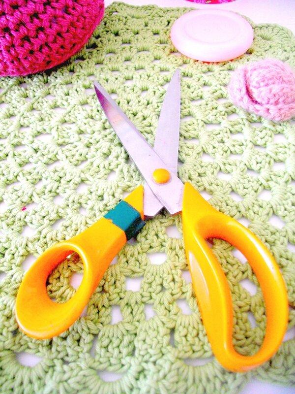 ciseaux-couture-firskars-napperon-vert-crochet-bouton-boîte-fleur-