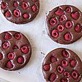 Tartelettes brownie au chocolat noir et aux framboises