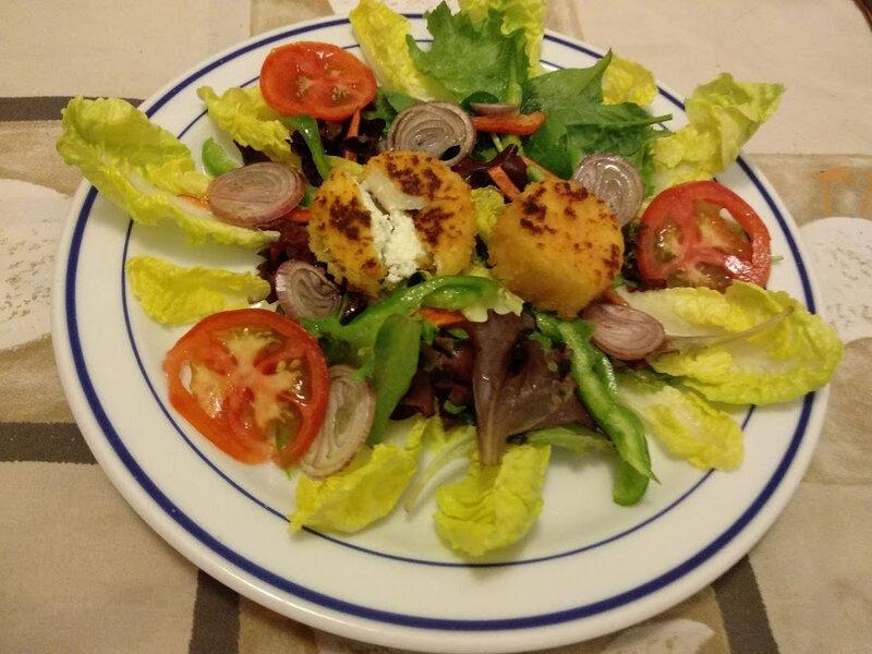 Salade de chèvres chauds panés et vinaigrette d'échalotes au sirop d'érable (2)